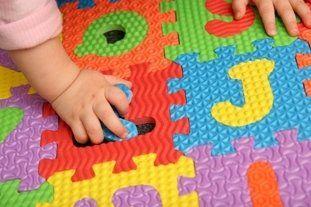bimbo che gioca con puzzle gigante