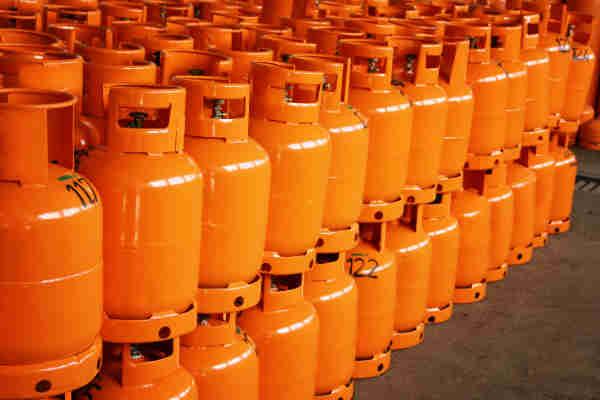 Fila doppia di bombole GPL di colore arancio