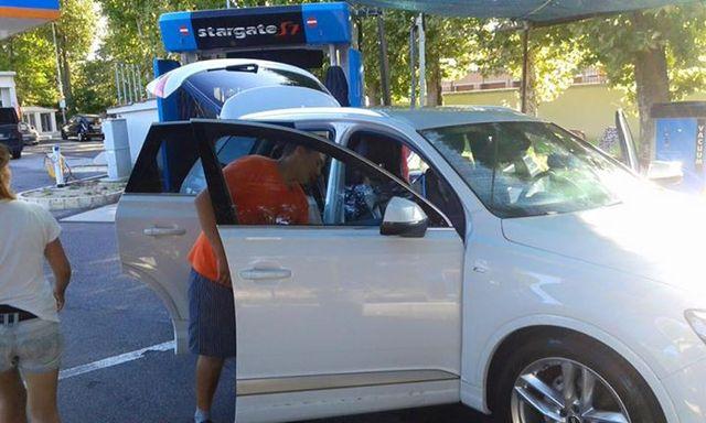 Lavaggio a mano degli interni di un auto bianca