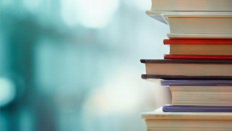 pila di libri su fondo colorato
