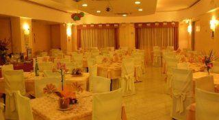 vista interna del ristorante con tavoli e sedie con tema gialla