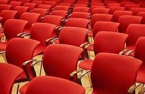 fila di sedie rossi
