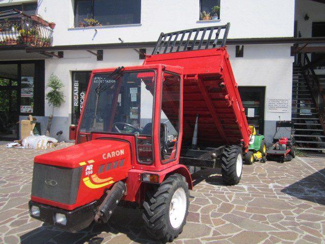 un camioncino rosso con rimorchio ribaltabile