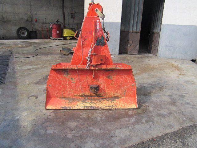 un trattore rosso con rimorchio ribaltabile