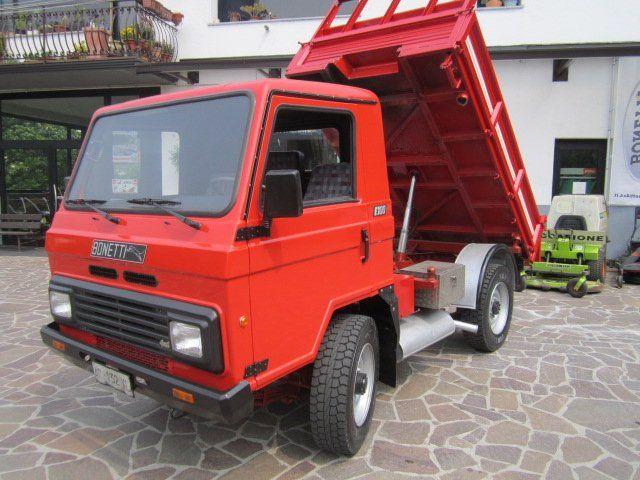 un camioncino blu con rimorchio ribaltabile