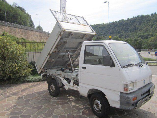 un trattore bianco di un camioncino