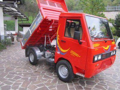 un camion rosso acceso con un rimorchio riballtabile