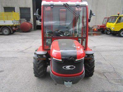 un trattore rosso