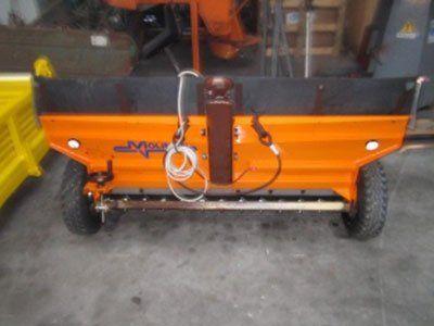un piccolo rimorchio arancione con delle ruote