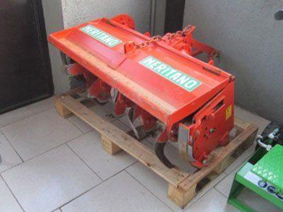 una lavorazione in ferro arancione con scritto Meritano sopra un bancale
