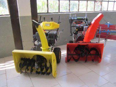 vista delle pale di alcune macchine agricole in fase di lavorazione