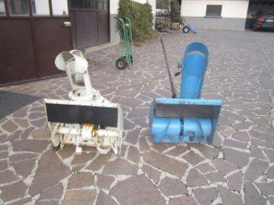 vista delle pale di alcune macchine agricole in fase di lavorazione di color bianco e blu