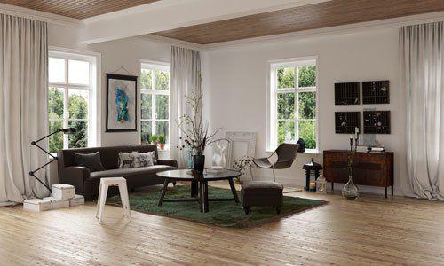 vista da lontano di un salotto con un divano marrone, un tavolino al centro delle sedie e un mobiletto marrone