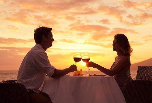 Cena di coppia al tramonto sulla terrazza panoramica