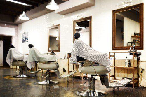 Nuovo salon con vecchi poltrone di barberia