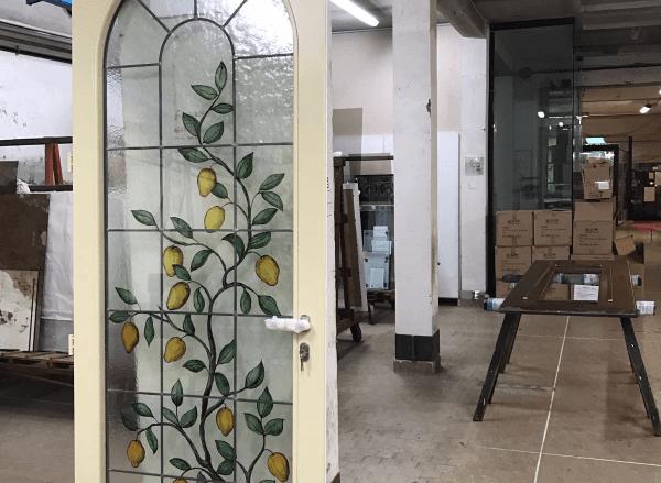 porta con vetro decorato a motivo floreale