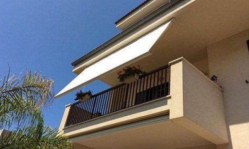 un tendone bianco su un balcone