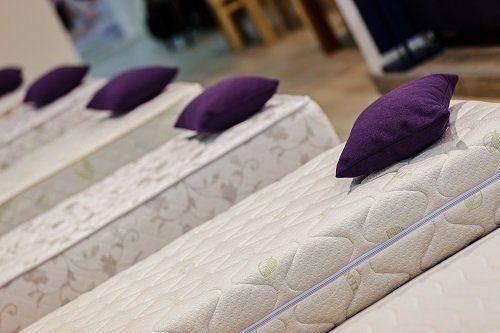 dei materassi con sopra dei cuscini viola