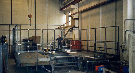 Un operaio sopra a una postazione di lavoro sopraelevata in ferro a PIacenza