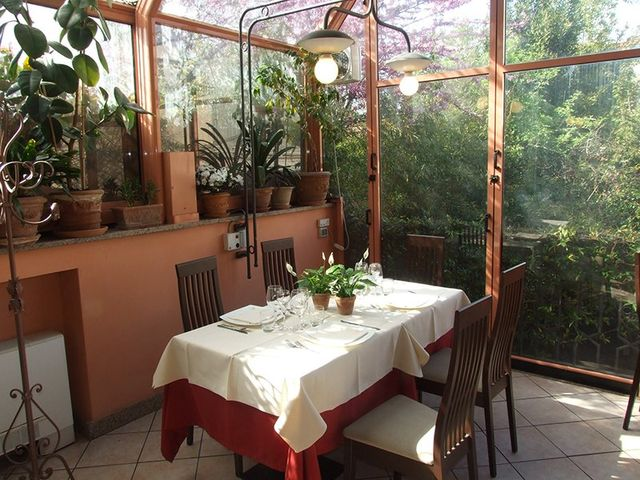Tavola di ristorante in una serra
