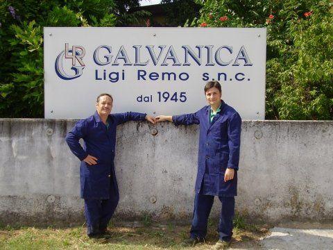 operai davanti all`insegna della ditta GALVANICA Ligi Remo s.n.c