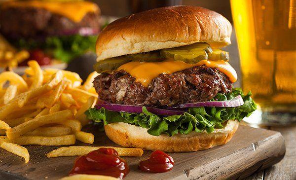 erba alimentato hamburger di bisonte con lattuga e formaggio