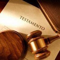 martello del giudice sopra un documento di testamento
