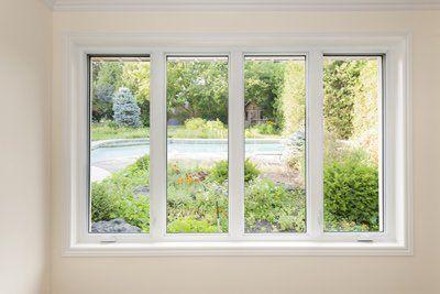 vista dalla finestra di un giardino