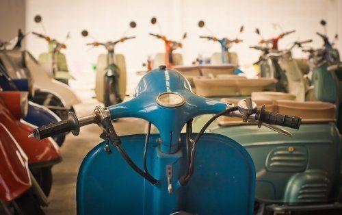 Restauro di moto d'epoca come Vespe e Lambrette