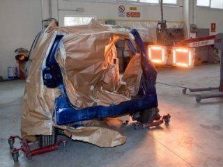 Carrozzeria di un'automobile dipinta di blu