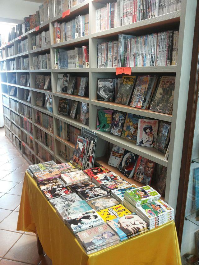 una persona sceglie dei fumetti