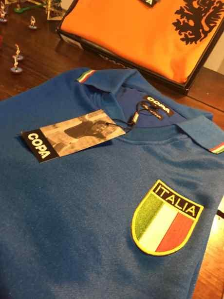 una maglietta di color blu con una bandiera dell'Italia