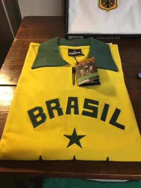 una maglietta di color giallo e verde con Scritto Brazil