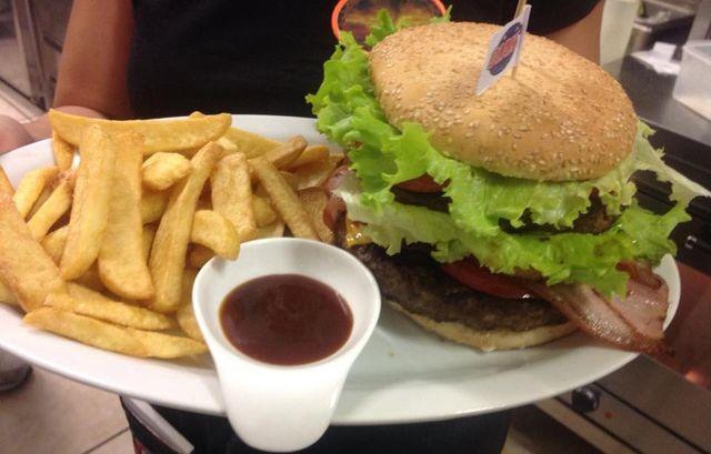 Hamburger con patatine fritte di Black Rose a Santa Maria di Sala