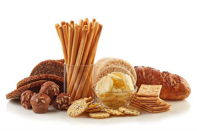 Vari snack e pane isolato su sfondo bianco