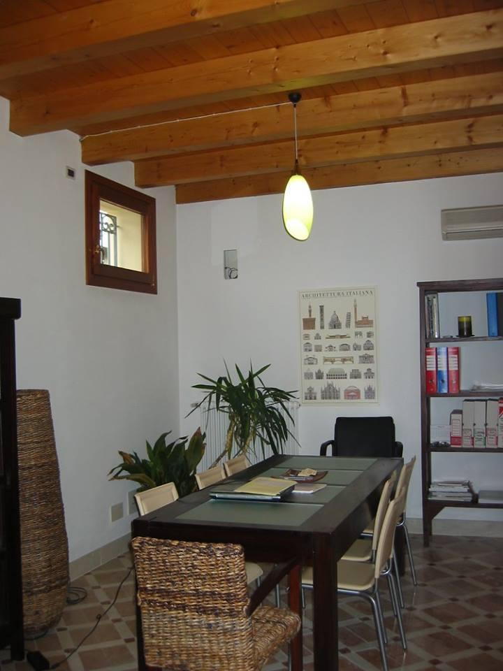 scrivania con sedie e libreria