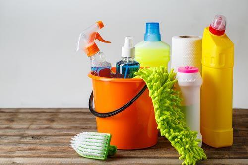 detergenti e strumenti per la pulizia della casa