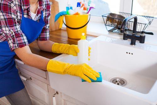 addetta pulisce un lavandino