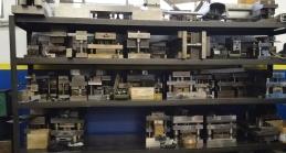 accessori e articoli in ferro esposti su scaffali