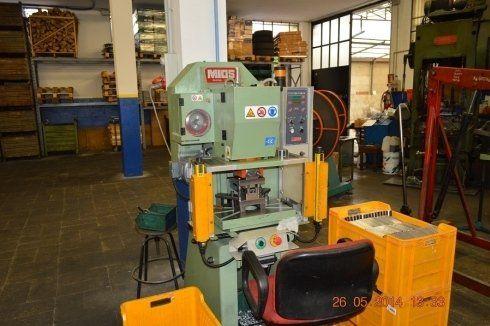 un macchinario per la lavorazione dei metalli