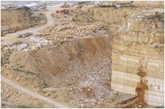 foto di uno scavo di marmo visto dall'alto