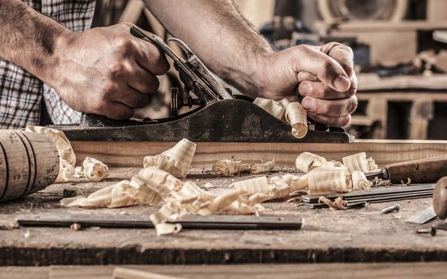 artigiano che lavora il legno