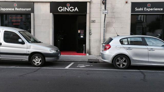 Vista dall esterno del ristorante Ginga, porta di entrata e delle vetrine con scritto Japanese restaurant, All you can eat, Sushi experience e due macchine parcheggiate davanti