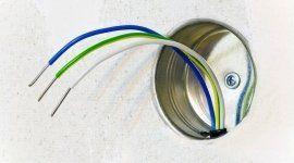 fili elettrici che sporgono da un rivestimento in metallo