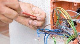 persona che assicura il settaggio di fili elettrici