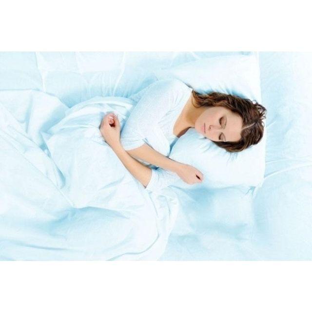Ragazza che dorme su materasso e guanciale ortopedici