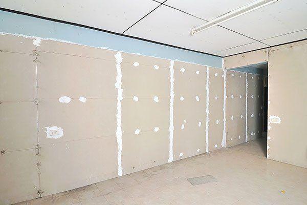 Cartongesso è installato sul muro in cantiere