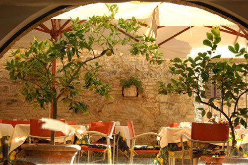 Tavoli apparecchiati sotto un gazebo in un giardino interno