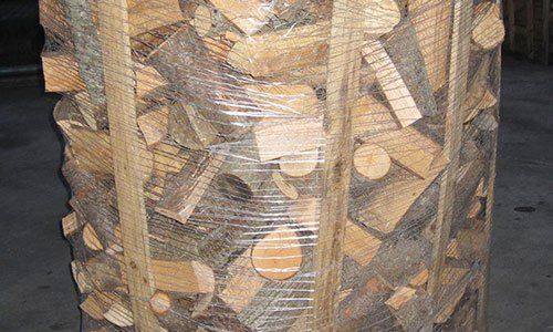 Una pila di legna da ardere di betulla