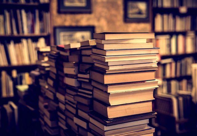 pila di libri su un tavolo